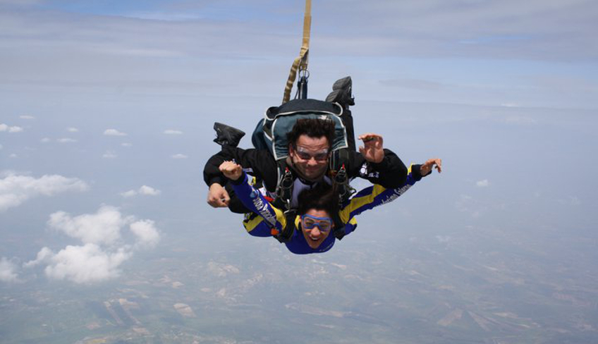 Если вы хотите совершить прыжок с парашютом в Италии, попробуйте прыжок с инстуктором на Сицилии: прыжок с высоты в 4000 метров в Кальтаджироне!