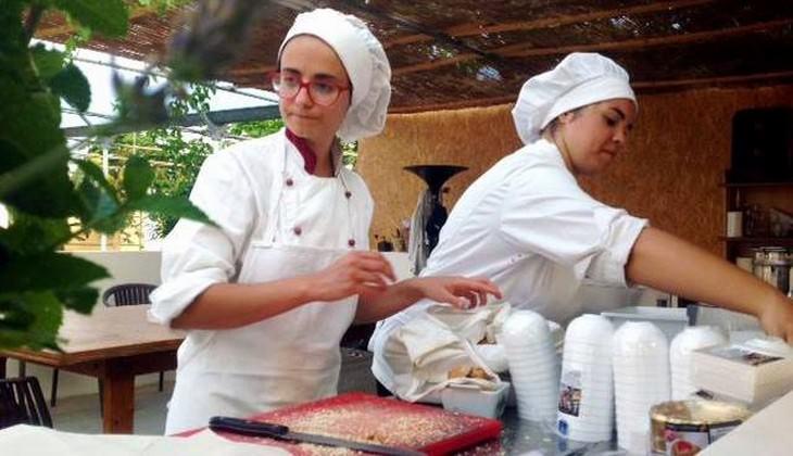 приготовление еды со свежими травами  - кулинарные занятия